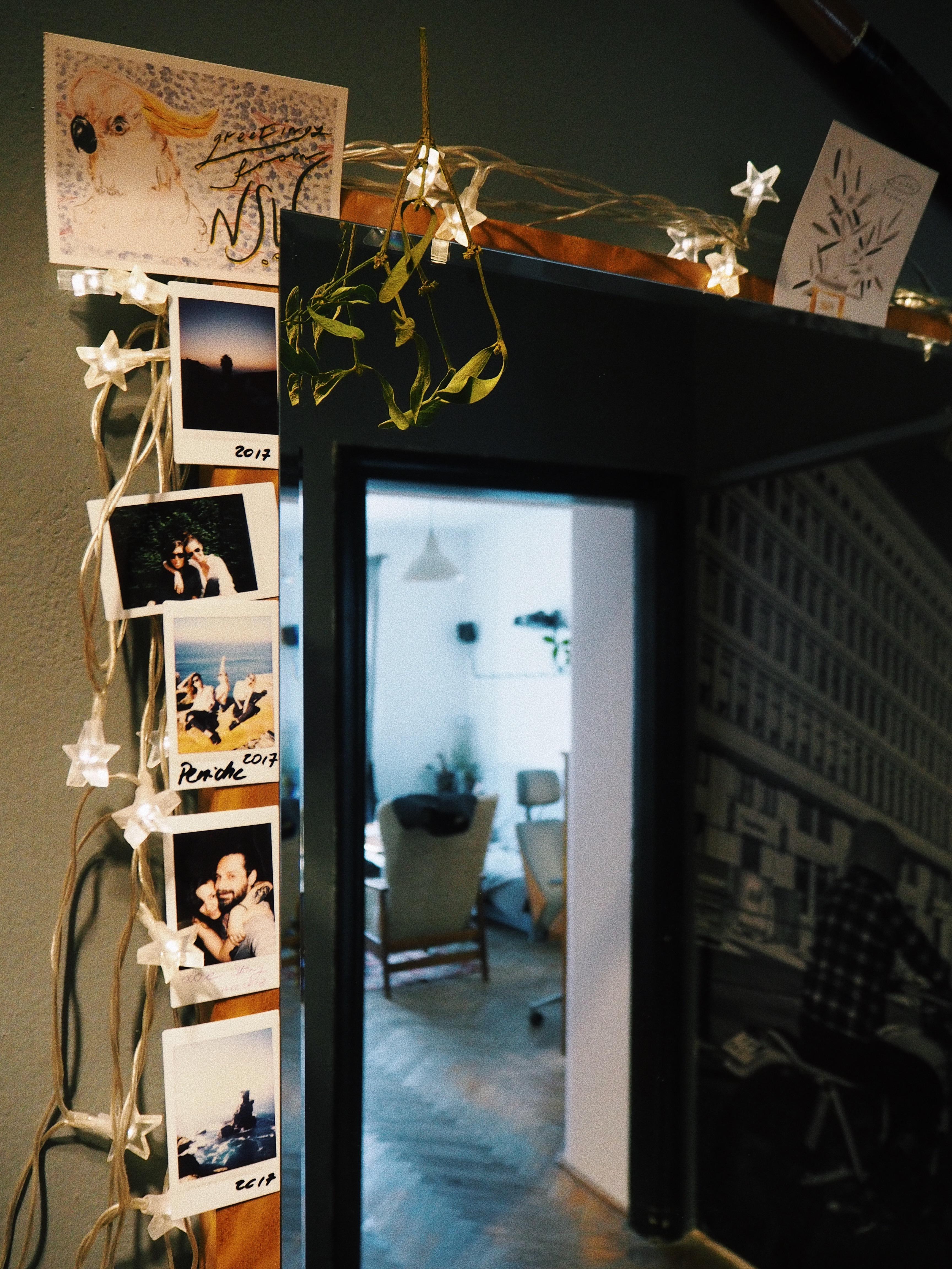 Rodzinne i osobiste pamiątki wetknięte za lustro. Przyjrzyjcie się, to oderwane drzwi od starej szafy, lustro było wewnątrz. Skrzydło tworzy drewnianą ramę.