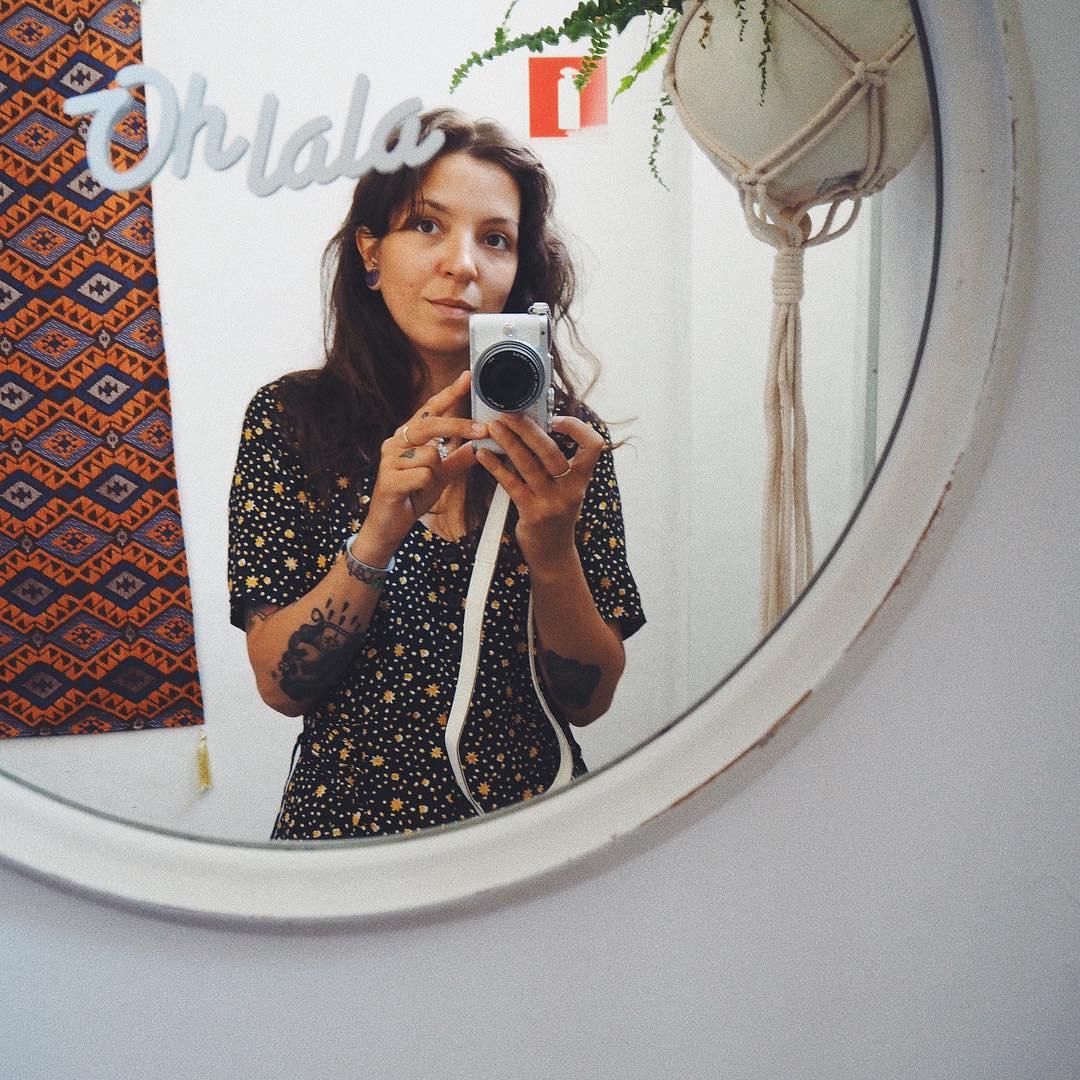 Najwspanialsza lumpowa zdobycz! Sukienka midi z rozporkami, z mięsistej wiskozy, rozmiar z metki absurdalnie duży. Pokochałam ten print. Zabrałam ją ze sobą do Portugalii, wystąpiłam w niej na Roku Kobiet, czuję się w niej najlepiej! Kosztowała mnie 18 zł.