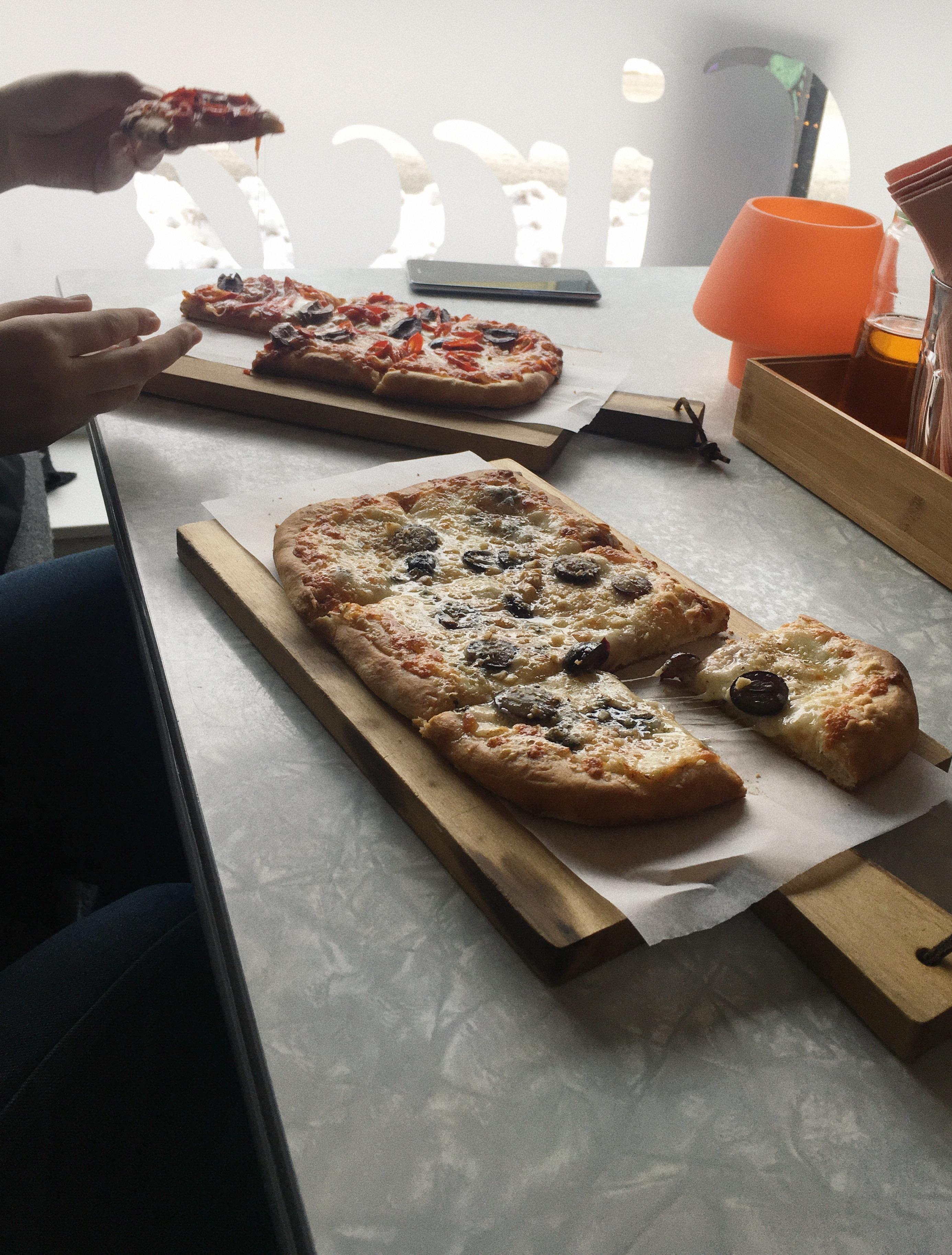 Pizzą w Tromso najadłoby się chyba tylko dziecko. To jedyny posiłek, za który tu płacę.