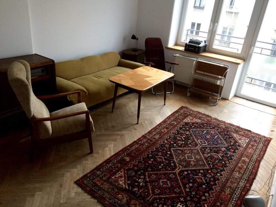 Np. taka. Kiedy poznałam Wojtka miał trochę roślin, ale mieszkanie było raczej minimalistyczne i surowe. To nie jest sytuacja docelowo, ale klimat dość podobny.