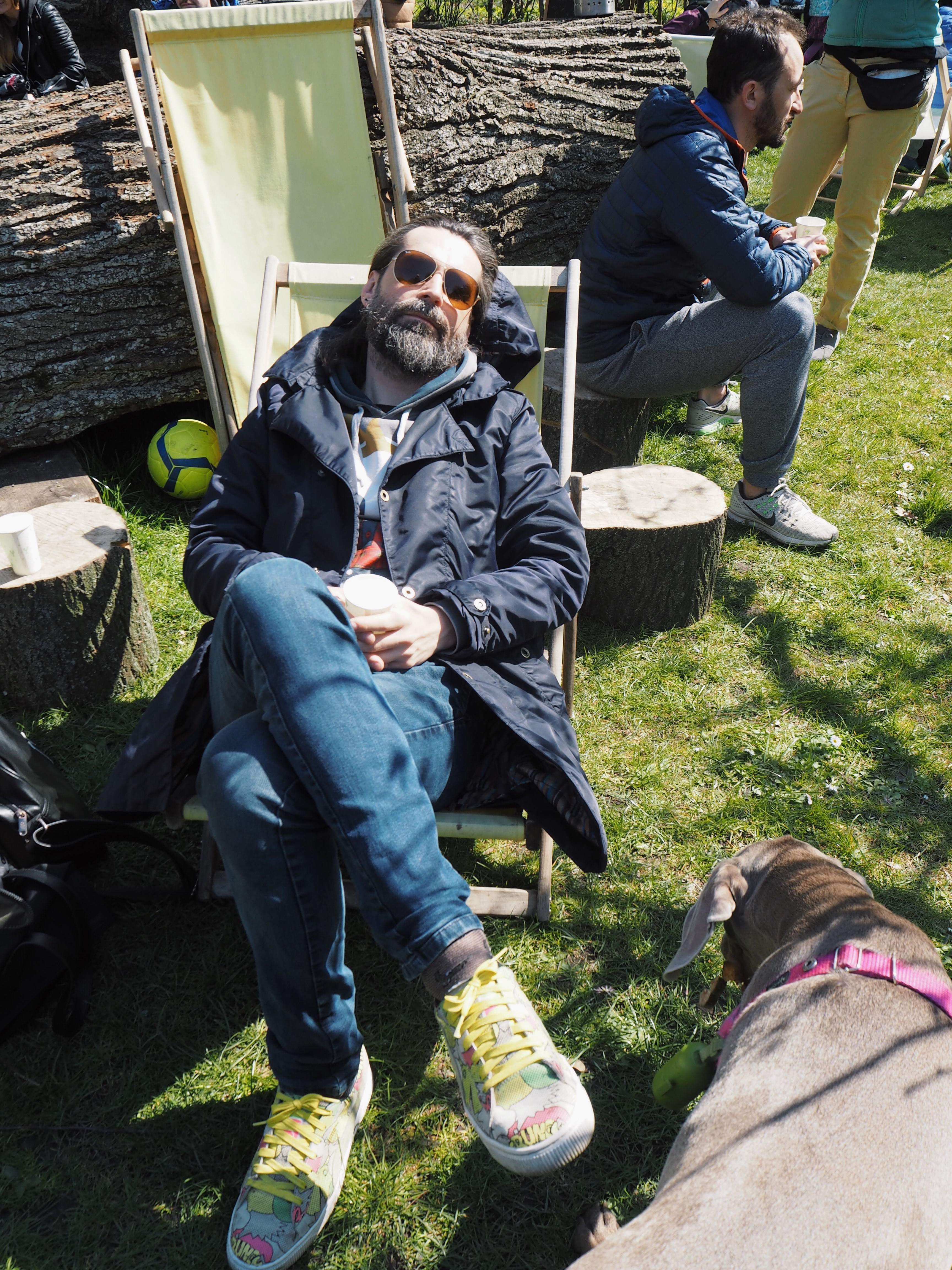 W tym samym czasie inni rozkoszowali się słońcem leżąc na leżaku.