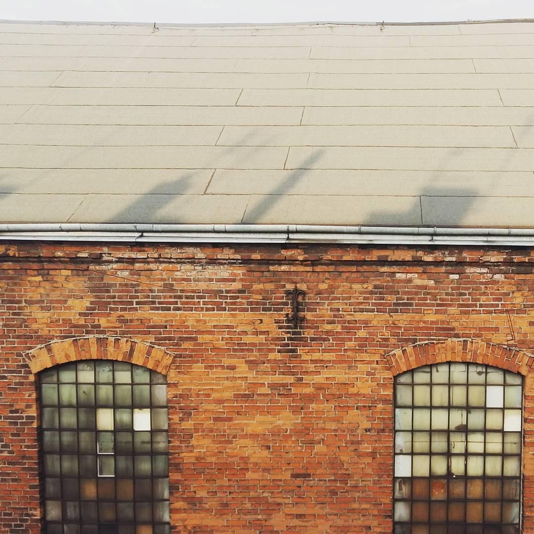 Widok z okna w dachu. Lubiłam industrialny klimat tej uliczki.