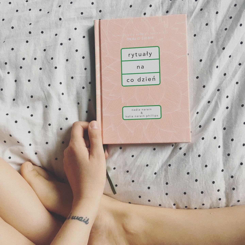 Czytałyście już mini wywiad z autorkami książki? Polecam! A sama lektura działa na mnie jak blog Kasi Tusk. Nic odkrywczego, ale czuję się, jak okryta kocem w deszczowy dzień i ogarnia mnie spokój. Polecam na prezent!