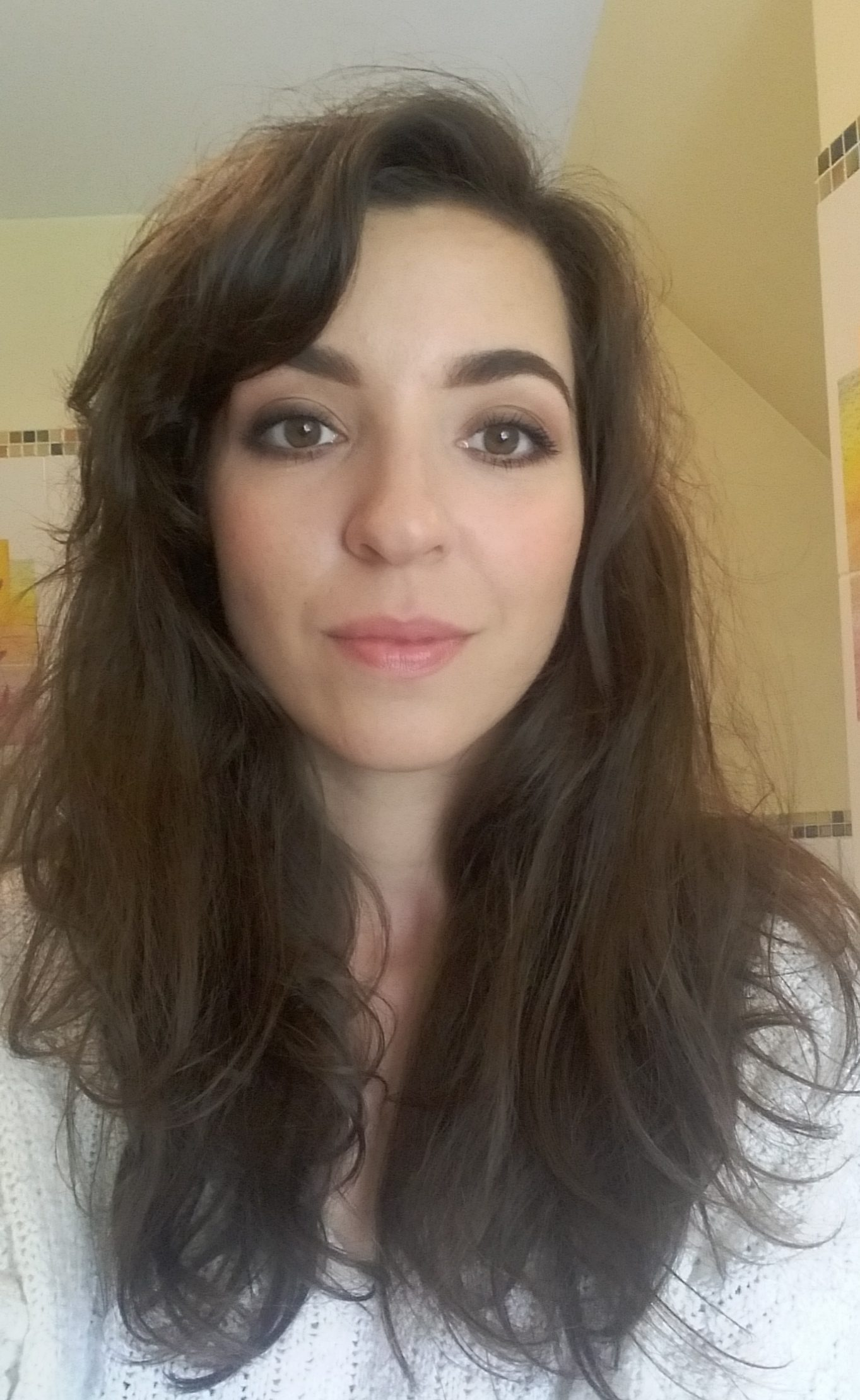 Tu też jestem profesjonalnie umalowana przez siostrę. Z dzisiejszej perspektywy totalnie nie odnajduję się w tak mocnym makijażu.