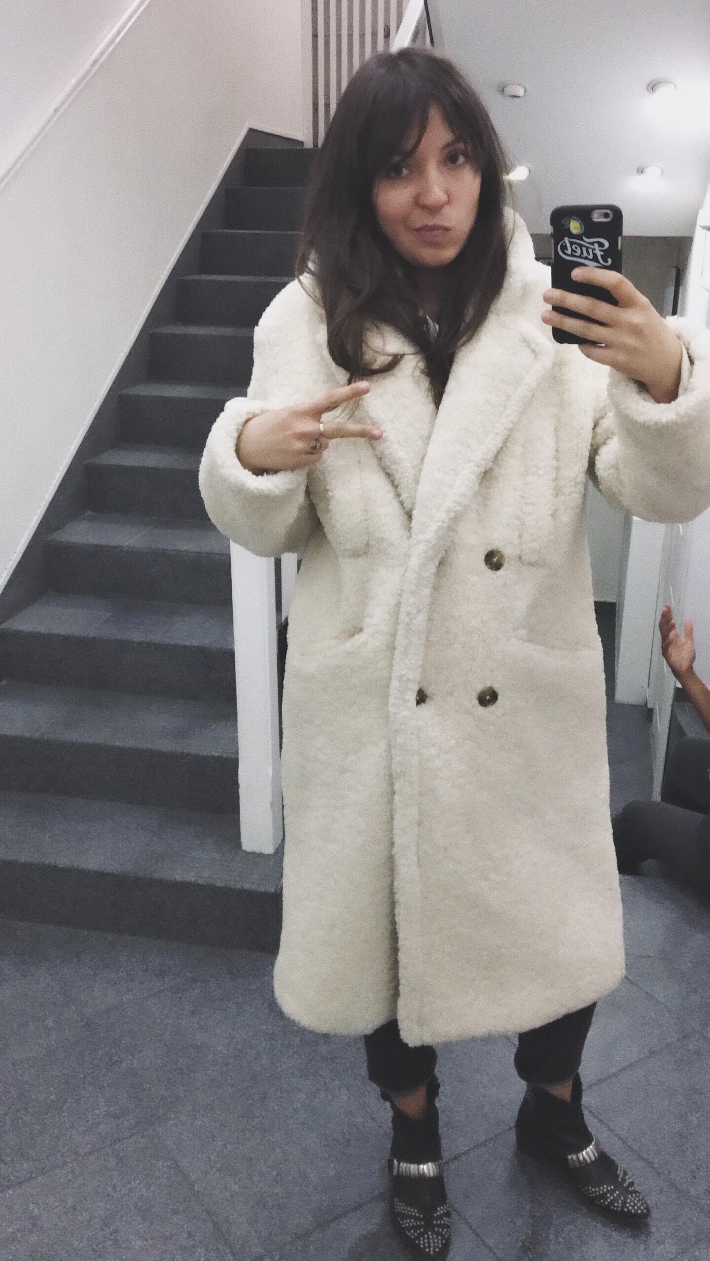 Sprzedałam trochę ubrań, ale też kupiłam coś sama. Np. ten dziwaczny, ale również piękny kożuch z Mango.