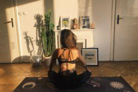 Prawdziwa osoba na macie do jogi :)