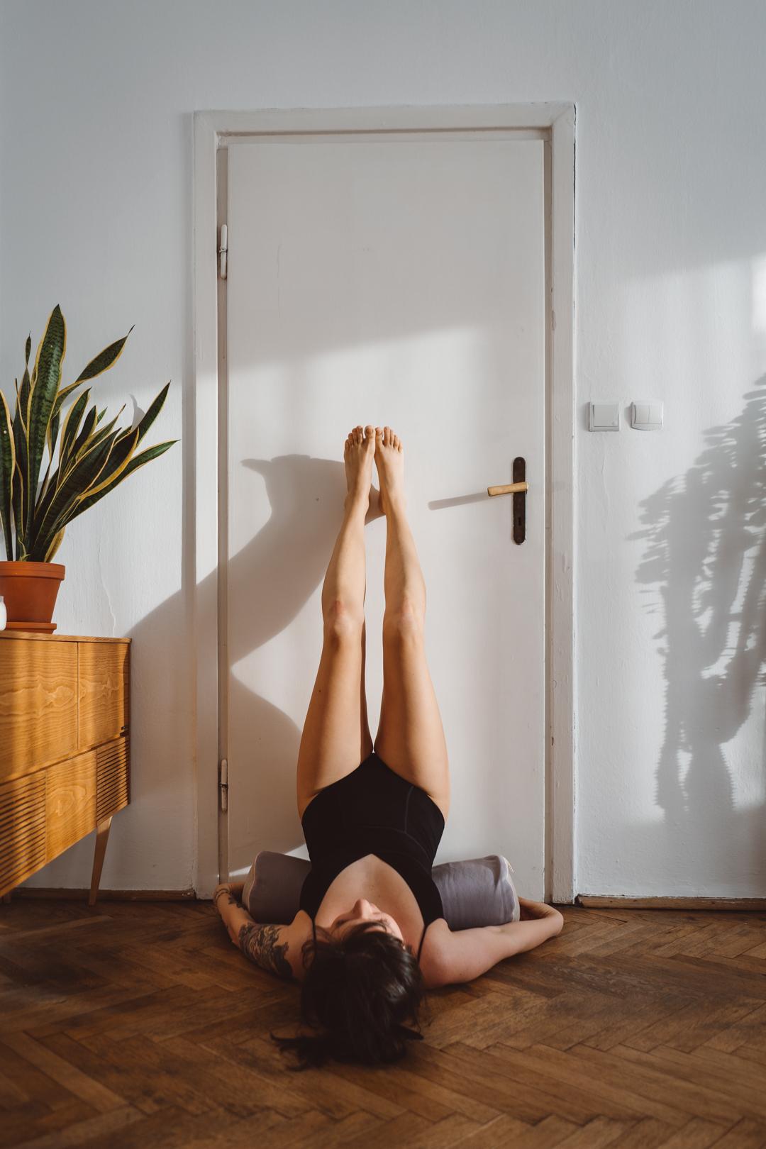 viparita karani pozycja jogi z nogami na ścianie