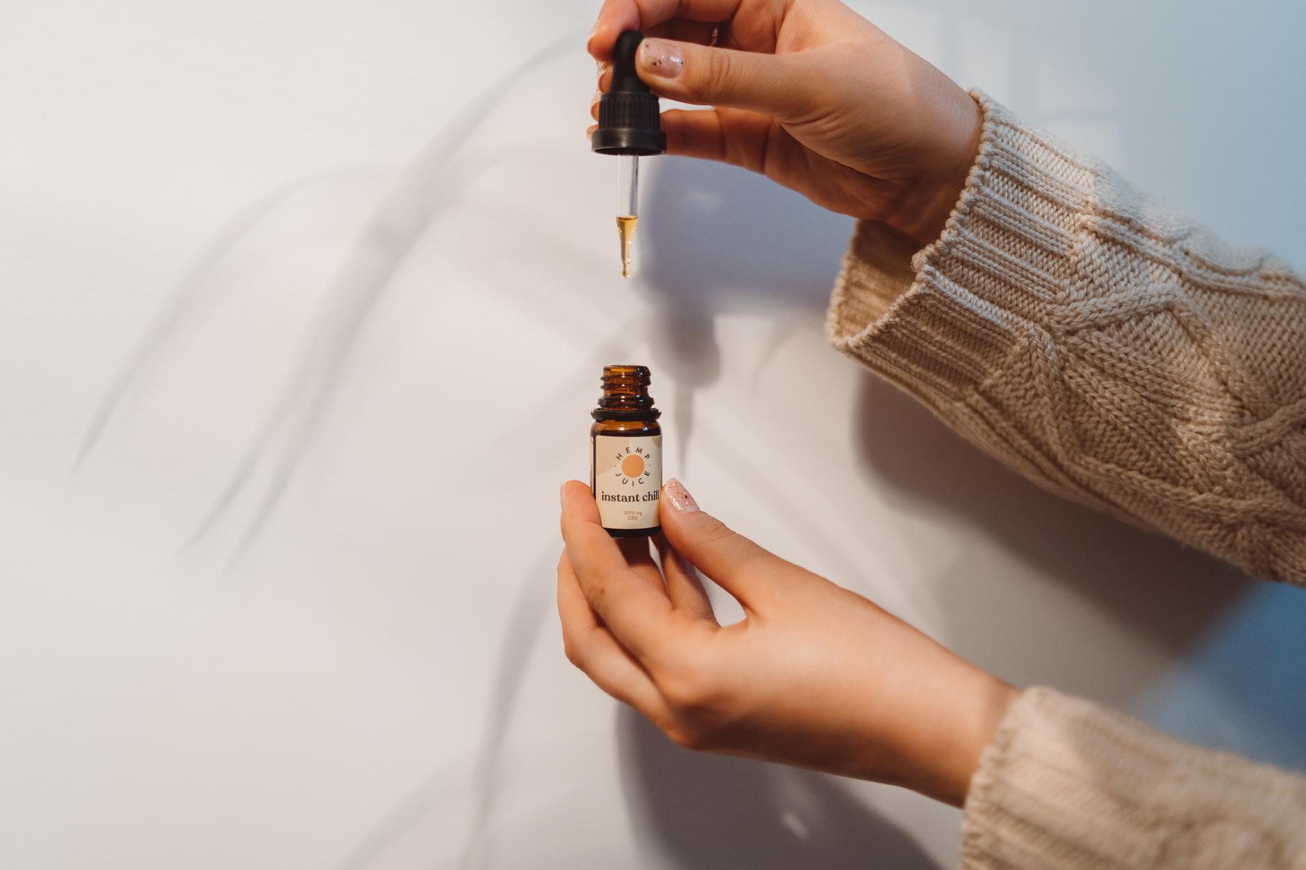 olejek CBD spływa z pipetki do butelki